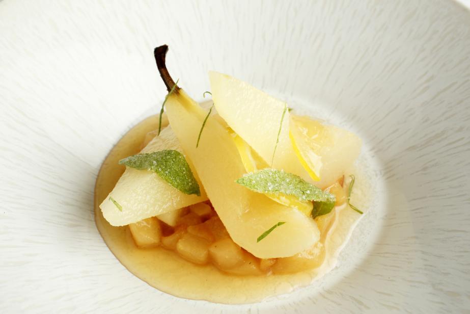 Poire pochée au miel de lavande, sorbet fromage blanc