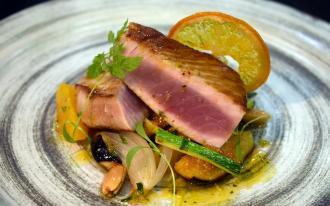Tournedos de thon mariné, poêlée de figues au miel de Provence et amandes croquantes