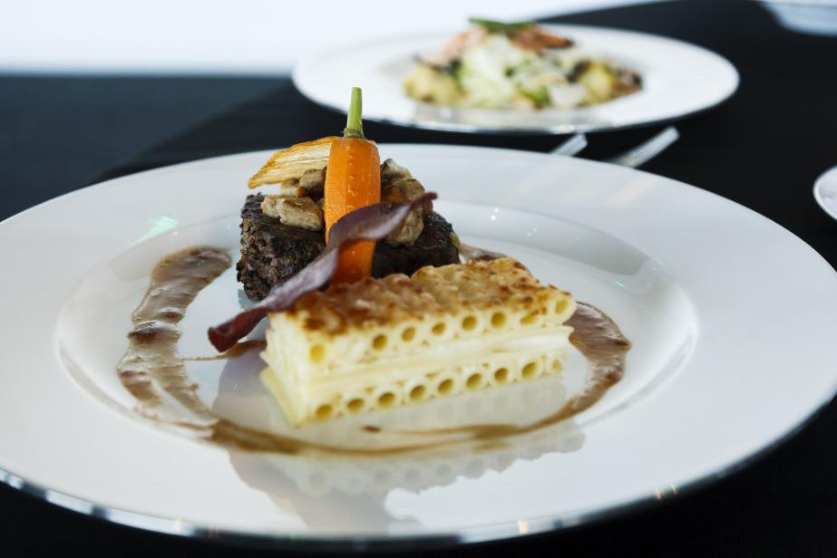 Tournedos de boeuf aux légumes oubliés, gratin de macaroni à la truffe et croustilles de bresaola