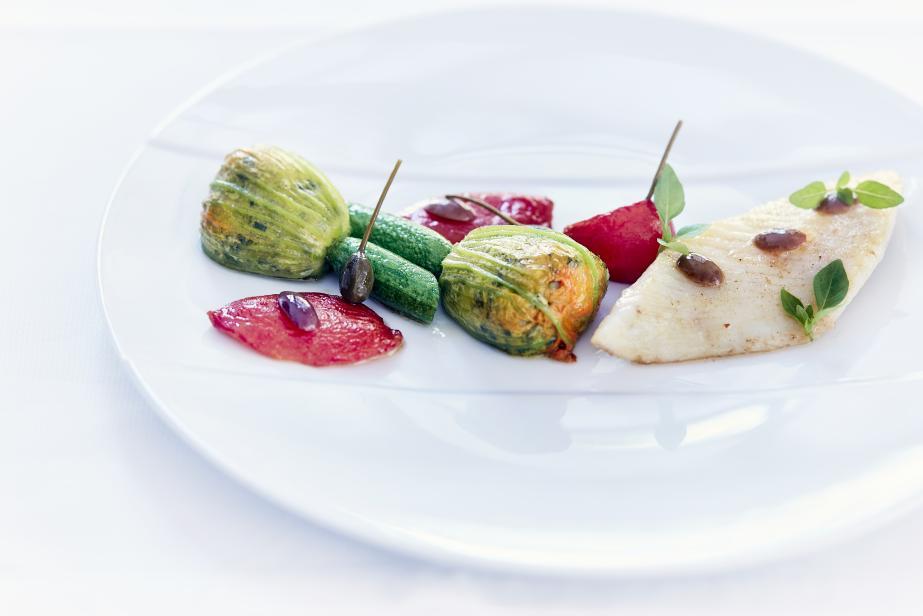 Poisson de Méditerranée, fleur de courgette farcie, tomate, olive et basilic du jardin