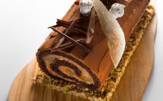 Bûche roulée au chocolat, poire pochée au vin cuit et biscuit croustillant