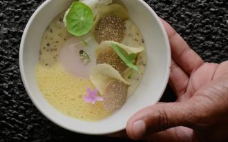 Œuf de poule bio au manioc truffé et jus de maracuja