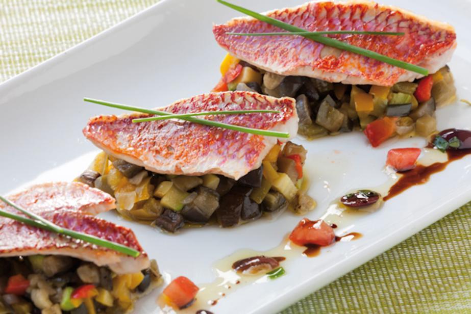 Filets de rougets grillés au beurre de tapenade et fine ratatouille niçoise au basilic