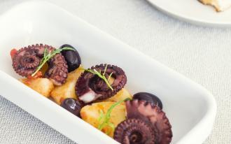 Poulpe, pommes de terres et olives noires
